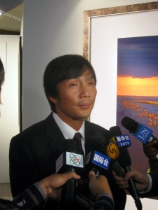 Gifted photgrapher Luo Hong being interviewed by the foreign & UN press