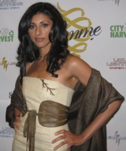 Stunning  actress Reshma Shetty co-hosted the opening night.